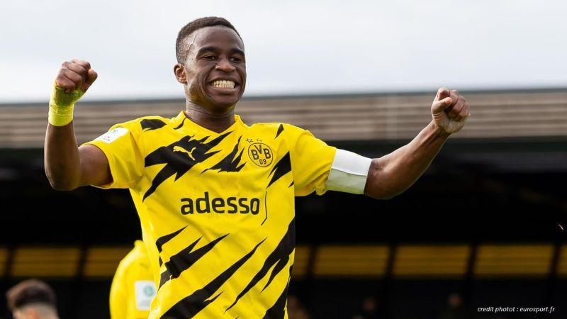 FOOTBALL : LE CAMEROUNAIS YOUSSOUFA MOUKOKO EST LE PLUS JEUNE JOUEUR À DISPUTER UN MATCH DE CHAMPIONS LEAGUE EUROPÉENNE.