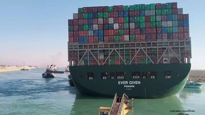 """ÉGYPTE : UNE ENQUÊTE OUVERTE APRÈS LE BLOCAGE DU CANAL DE SUEZ PAR """"L'EVER GIVEN""""."""