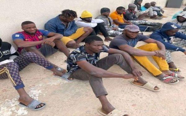 LIBYE : L'ARMÉE LIBÈRE UN GROUPE DE MIGRANTS RETENUS CAPTIFS…